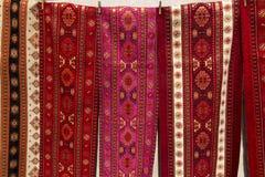Les tissus colorés et d'autres produits folkloriques à un bord de la route calent l'esprit Image stock