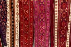 Les tissus colorés et d'autres produits folkloriques à un bord de la route calent l'esprit Photographie stock libre de droits