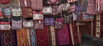 Les tissus colorés et d'autres produits folkloriques à un bord de la route calent l'esprit Photos libres de droits