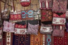 Les tissus colorés et d'autres produits folkloriques à un bord de la route calent l'esprit Images libres de droits