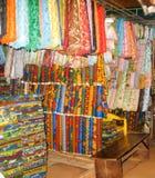 Les tissus nigériens rayent une stalle du marché Photos stock