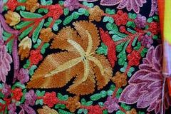 Les tissus tissés sur métiers à main thaïlandais là sont beaucoup colorés images stock