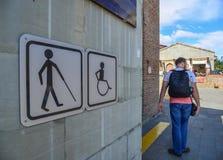 Les toilettes publiques signent avec un symbole handicapé d'accès photographie stock