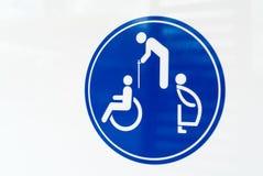 Les toilettes publiques signent avec un symbole handicapé d'accès Photos stock