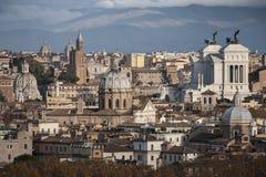 Les toits de Rome, Italie Montagnes du Latium Images stock