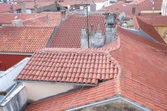 les toits rouges ont couvert de tuiles Photos stock