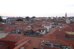 les toits rouges ont couvert de tuiles Images libres de droits