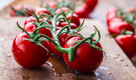 Les tomates-cerises fraîches ont lavé l'eau propre Coupez les tomates fraîches Photos stock