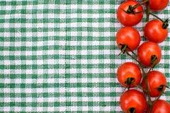 Les tomates-cerises rouges se trouvent sur une serviette colorée, endroit pour le texte, fond Photos libres de droits