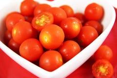 Les tomates-cerises se ferment vers le haut Rouge vibrant photographie stock libre de droits