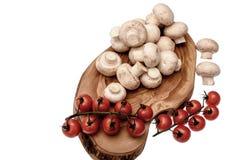 Les tomates-cerises se trouvent sur un panneau en bois d'huile de séchage, d'isolement sur le fond blanc Image libre de droits
