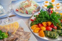 Les tomates de concombre de légumes frais poivrent et la salade part avec les coupes froides photographie stock libre de droits