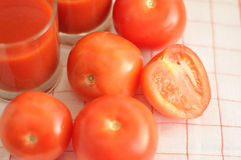 Les tomates et le jus de tomates rouges Photo libre de droits