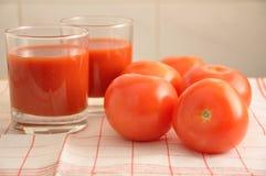 Les tomates et le jus de tomates rouges Photographie stock