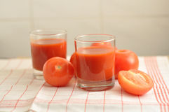 Les tomates et le jus de tomates rouges Photos stock