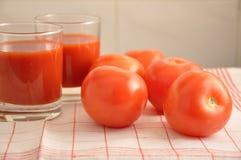 Les tomates et le jus de tomates rouges Photographie stock libre de droits