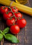 Les tomates fraîches avec le spagetti et le poivre crus sur la cuisine embarquent Photo libre de droits