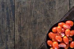 Les tomates fraîches en gros plan ont mis dans le plat sur le fond en bois photographie stock libre de droits