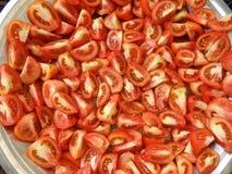 Les tomates fraîches rouges ont coupé sur un quart images stock