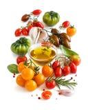 Les tomates, l'ail, le basilic et l'oilve colorés huilent Images stock