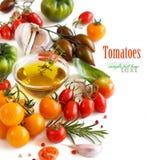 Les tomates, l'ail, le basilic et l'oilve colorés huilent Images libres de droits