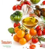 Les tomates, l'ail, le basilic et l'oilve colorés huilent Photographie stock