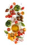 Les tomates, l'ail, le basilic et l'oilve colorés huilent Image stock