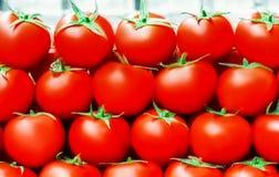 Les tomates mûres fraîches rouges se ferment dans le supermarché Récolte de légumes Images libres de droits