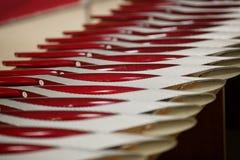 Les torches olympiques se situent dans une rangée sur la table images libres de droits