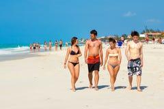 Les touristes étrangers de jeunes à Varadero échouent au Cuba Photo stock