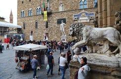 Les touristes admirent des statues à Florence, Italie Photo libre de droits