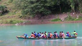 Les touristes appréciant un canoë montent sur Santa Maria River pour voir la cascade de Tamul banque de vidéos
