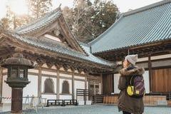 Les touristes apprécient la beauté du tombeau de matsushima, qui est entouré par la belle nature image stock