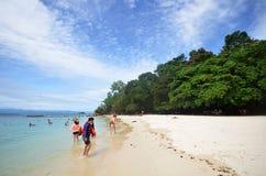 Les touristes apprécient la plage blanche de sable de l'île de Sapi dans Sabah photographie stock libre de droits