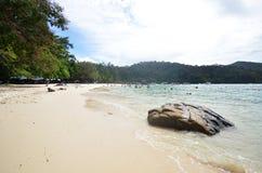 Les touristes apprécient la plage blanche de sable de l'île de Sapi dans Sabah photographie stock