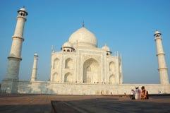 Les touristes apprécient la vue du Taj Mahal, monument grand mentionné en tant que patrimoine mondial de l'UNESCO Photos stock