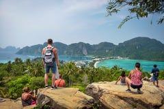 Les touristes apprécient la vue panoramique au-dessus de Koh Phi Phi Island en Thaïlande image libre de droits