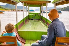 Les touristes apprécient le voyage de bateau par le Mekong laos photographie stock libre de droits