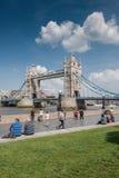 Les touristes apprécient une vue de pont de tour Photo stock