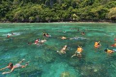 Les touristes apprécient avec naviguer au schnorchel en mer tropicale à l'isla de Phi Phi Image stock