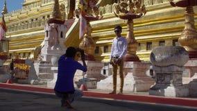 Les touristes asiatiques prennent des photos près de Shwezigon, Myanmar - 18 novembre 2017 banque de vidéos