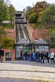 Les touristes attendent dans la ligne pour acheter des billets pour le funiculaire Budapest, Hongrie Images stock
