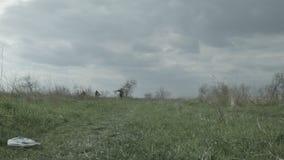 Les touristes avec des bicyclettes et les branches sur leurs épaules entrent dans la distance banque de vidéos