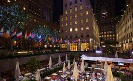 Les touristes boivent au centre Café de roche une soirée d'été Image stock
