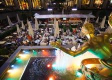 Les touristes boivent au centre Café de roche une soirée d'été Photo libre de droits
