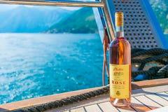 Les touristes boivent du vin rose, naviguant sur un yacht le long de la baie de Boka-Kotor image stock