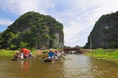 Les touristes chez Halong aboient sur le cordon (Vietnam) Image stock