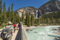 Les touristes chez Takakkaw tombe Yoho National Park, Colombie-Britannique, Canada photo stock