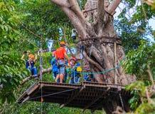 Les touristes chinois ont l'amusement dans le parc d'aventure au mearim chaing Photos stock