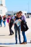 Les touristes couplent regarder la carte de ville images libres de droits